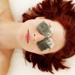 Sự kết hợp của dầu dừa & trà xanh dạng túi lọc giúp vùng da quanh mắt được cải thiện nếp nhăn