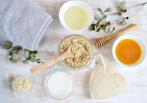 Mặt nạ trẻ hóa da tự nhiên từ bột yến mạch & mật ong vừa làm sạch da, vừa dưỡng ẩm cho da.