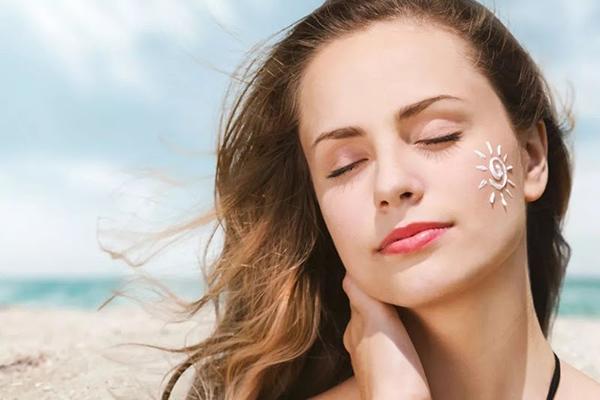 Sử dụng kem chống nắng thường xuyên & đều đặn là một trong những cách chống lão hóa da sớm