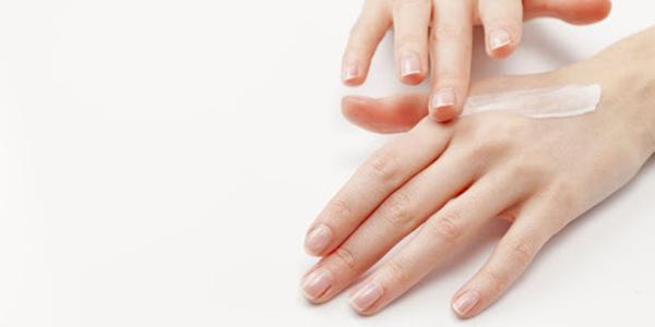 Tẩy da chết da tay thường xuyên giúp da tay mịn màng, mềm mại hơn