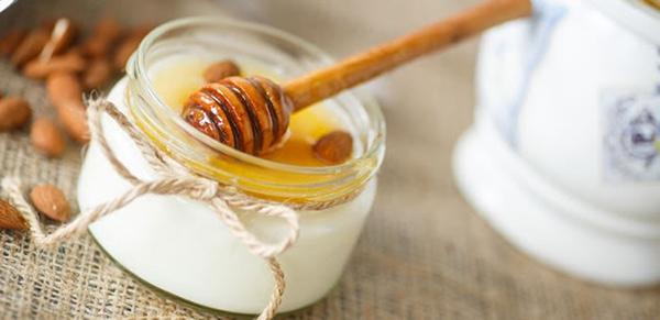 Chống lão hóa da bằng mật ong sẽ thêm hiệu quả khi kết hợp với sữa chua không đường