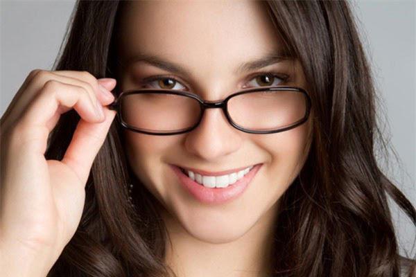Kính là vật phòng hộ cho mắt, bảo vệ mắt khỏi những tác nhân có hại bên ngoài, đồng thời chống lão hóa da vùng mắt