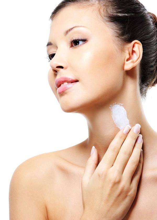 Sử dụng kem dưỡng da cổ đều đặn là một trong những cách chống lão hóa da cổ hiệu quả