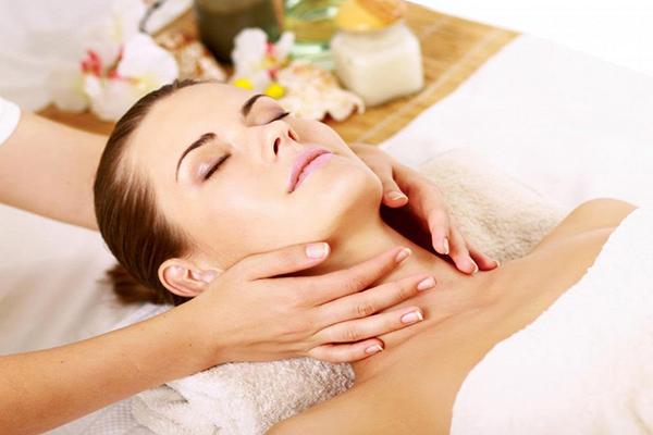 Massage da cổ thường xuyên giúp chống lão hóa da cổ