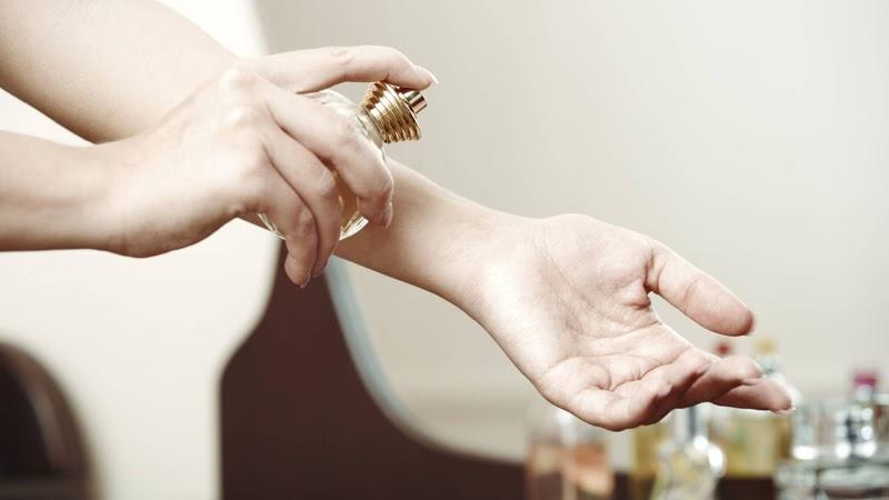 Thoa một lượng Vaseline mỏng trước khi xịt nước hoa sẽ giúp lưu giữ mùi lâu hơn