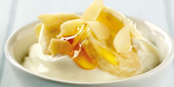 Sữa chua, chuối chín, mật ong là sự kết hợp hoàn hào để chống lão hóa da mặt