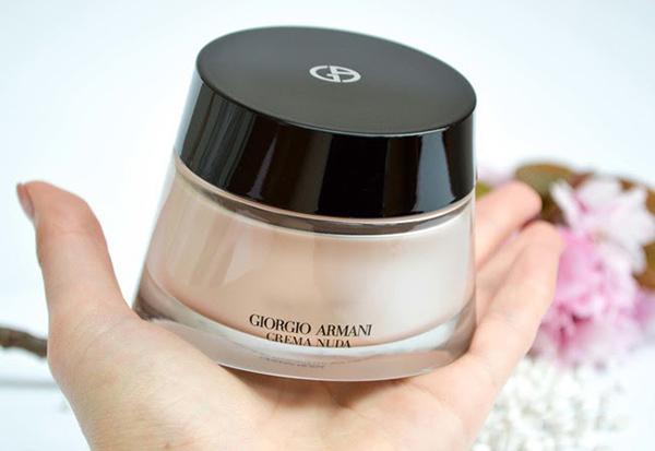 Vừa có tác dụng dưỡng ẩm, ngăn ngừa lão hóa, Giorgio Armani Cream nuda còn kiêm luôn kem nền với bộ che phủ cực tốt