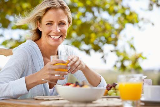 Bổ sung thực phẩm giàu chất chống oxy hóa cũng là một cách chống lão hóa da tuổi 50 từ sâu bên trong