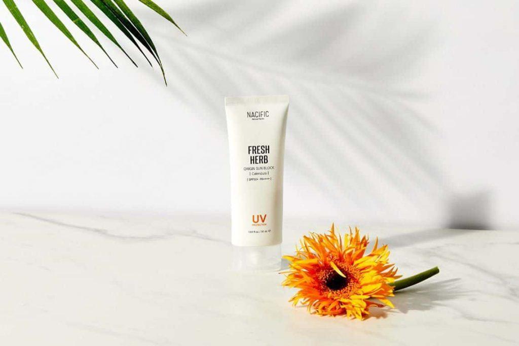 Kem chống nắng là một trong số những mỹ phẩm chăm sóc da mặt cho nữ không thể thiếu trong mùa hè