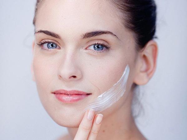 """Kem chống nắng & kem trẻ hóa da mặt có chức năng nhiệm vụ khác nhau, do đó, không nên """"lược bớt"""" bất kỳ loại nào."""