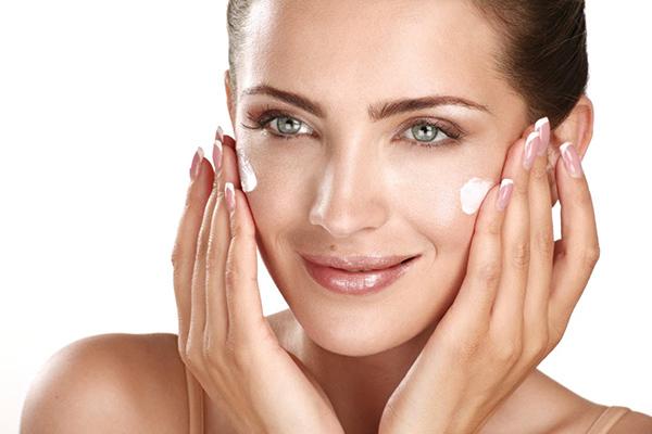 Kem trẻ hóa da mặt hay bất kỳ loại mỹ phẩm nào cũng cần thời gian để thẩm thấu
