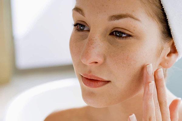 Sử dụng kem hạn chế tăng sắc tố là điều bắt buộc trong các bước chăm sóc da sau lăn kim