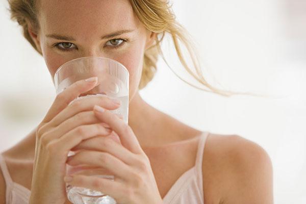 Uống nhiều nước mỗi ngày để loại bỏ độc tố ra khỏi cơ thể