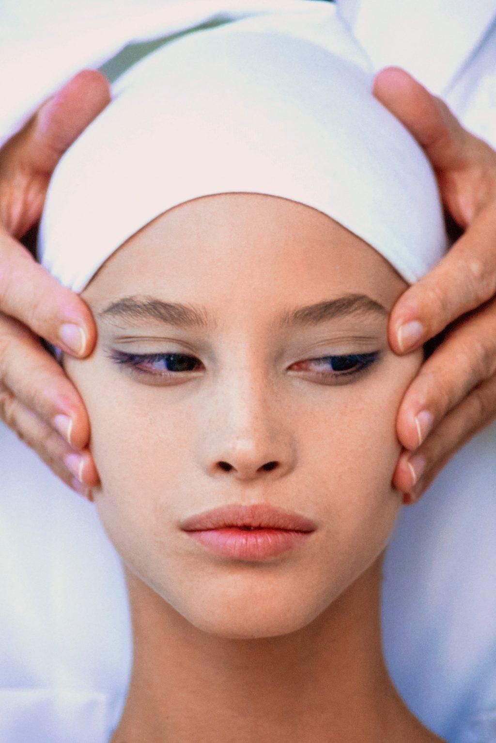 Than hoạt tính có khả năng dưỡng ẩm và loại bỏ các chất nhờn trên da