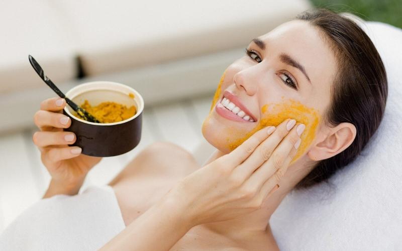 Mật ong, nghệ, sữa tươi không đường hay chanh đều là những nguyên liệu làm sáng da và trị thâm sẹo hiệu quả.