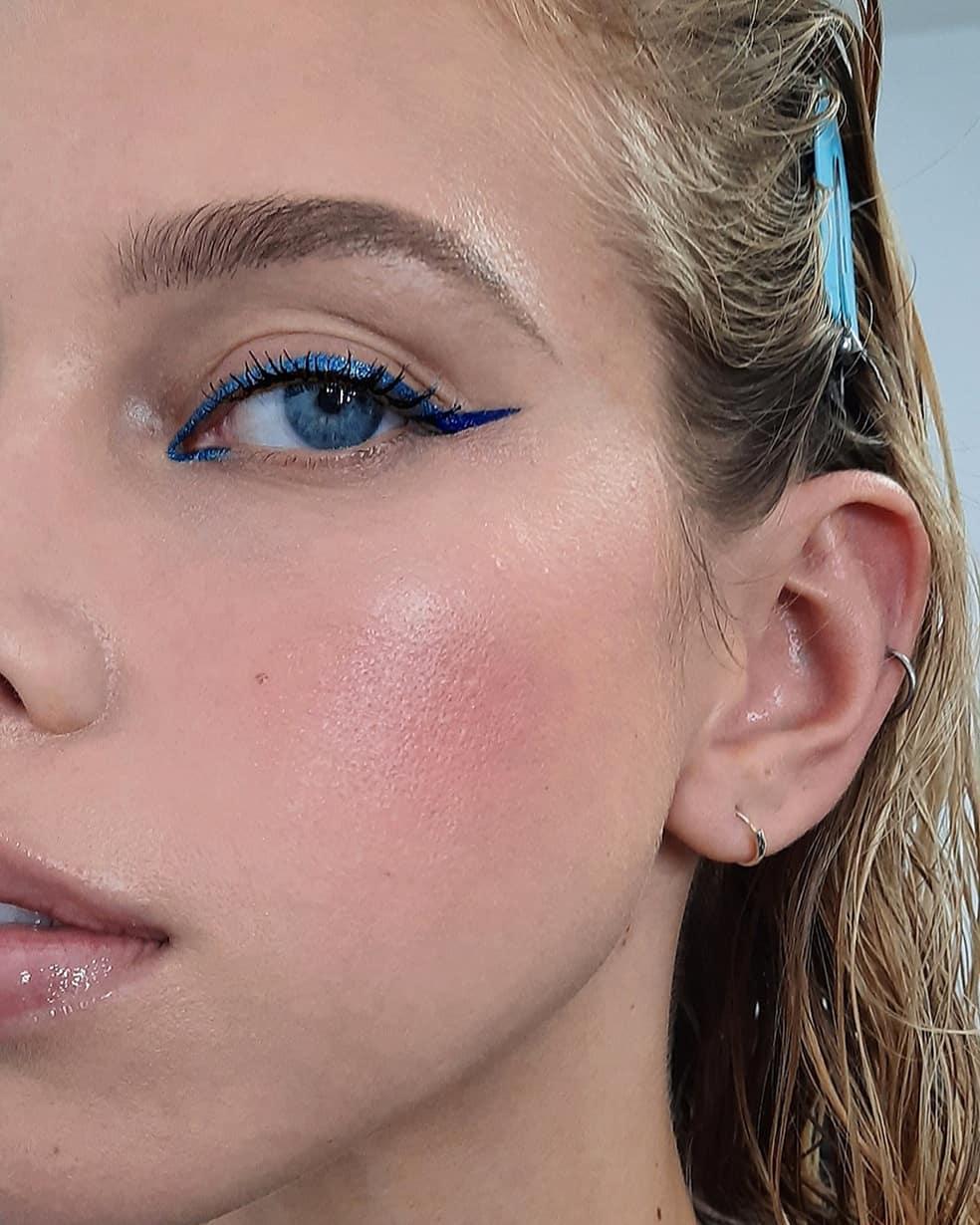 cô gái kẻ mắt màu xanh
