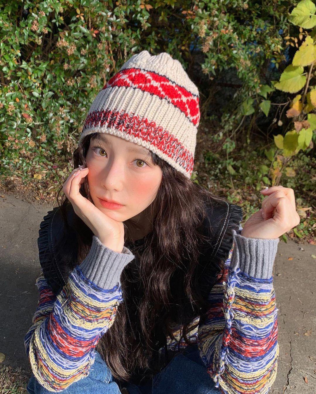cô gái đội nón đang ngồi